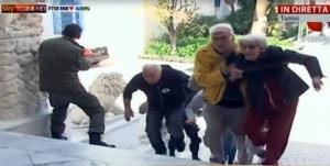 Un fermo immagine tratto da Sky Tg 24 mostra le forze speciali tunisine che fanno scappare gli ostaggi liberati a Tunisi. ANSA/SKY TG 24 - EDITORIAL USE ONLY